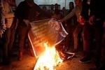 فلسطینیها عکس «ترامپ» را آتش زدند