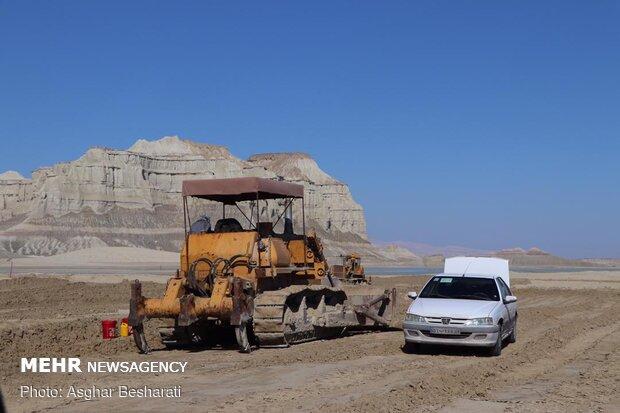 """مجموعة من النشطاء في مجال البيئة تجمعوا امام كهف """"نمكدان """"الملحي في قشم"""
