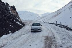 جاده های زنجان لغزنده است/تردد در گردنه های کوهستانی با زنجیر چرخ
