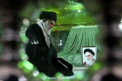 زيارة قائد الثورة الاسلامية لمرقد الامام الخميني (ره) / صور
