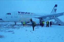 خروج طائرة من مدرج الطيران في مدينة كرمانشاه غرب ايران