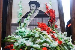 قم میں حضرت امام خمینی (رہ) کے گھر پھول برسائے گئے