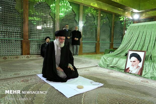 رہبر معظم کی حضرت امام خمینی (رہ) کے مزاراور گلزار شہداء پرحاضری