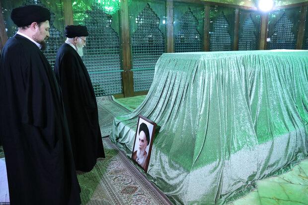 Leader visits Imam Khomeini shrine, attends graveyard of martyrs