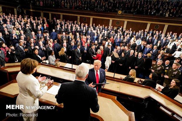 ترامب يرفض المصافحة وبيلوسي تمزق الخطاب!