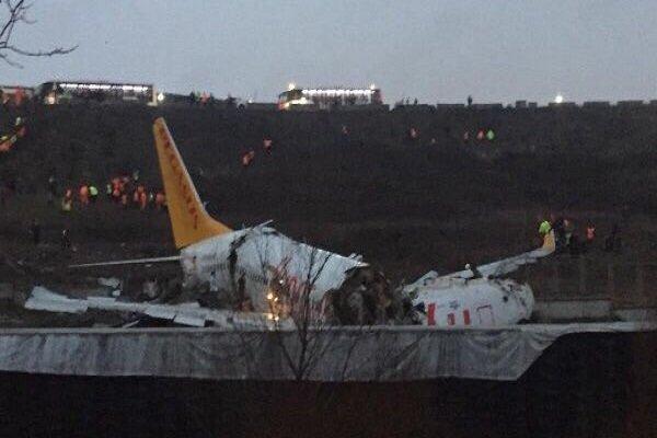 أ ف ب: طائرة تخرج عن مسارها عند هبوطها في إسطنبول وتنشطر إلى شطرين