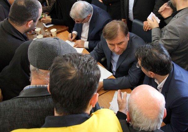 میز خدمت دستگاه های اجرایی استان گیلان در مصلای رشت برپا شد