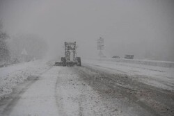 برف راه ارتباطی ۳۲ روستا در زنجان را مسدود کرد