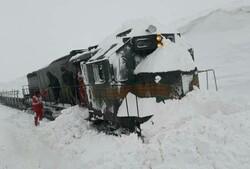 برخورد قطار باری با تلی از برف در بستان آباد حادثه ساز شد