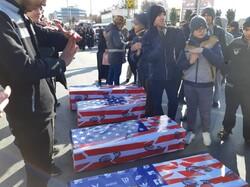 تہرانی جوانوں کے ہاتھوں پر امریکی فوجیوں کے تابوت