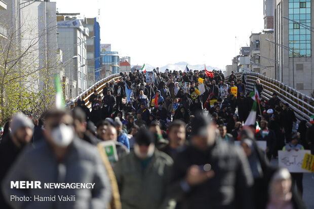Tehraners hold massive rallies on Islamic Revolution anniv.