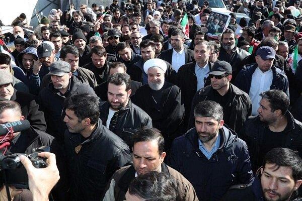 """""""روحاني"""" مشاركاً في مسيرات ذكرى انتصارالثورة الإسلامية"""
