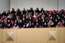 بانوان ایرانی دوشادوش مردان برای توسعه کشور گام برمی دارند