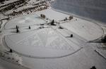 فن الرسم على الثلج بالسير عليه /صور