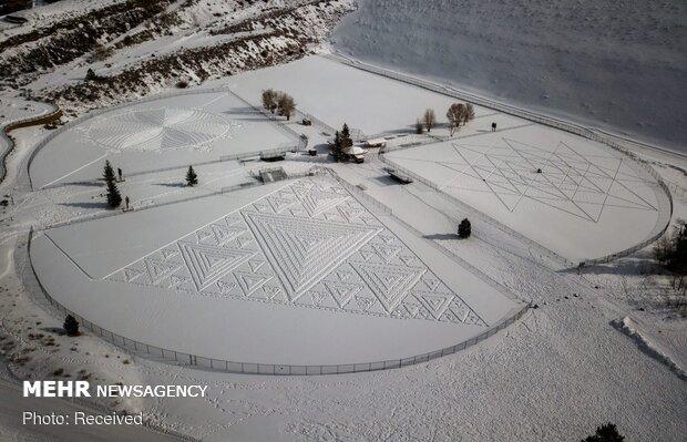 فن الرسم على الثلج بالسير عليه