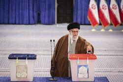 رہبر معظم انقلاب اسلامی نے حسینیہ امام خمینی (رہ) میں اپنا ووٹ کاسٹ کیا