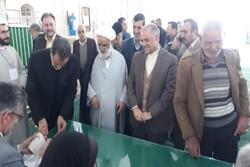 حضور امام جمعه و فرماندار تربت حیدریه در پای صندوق رای