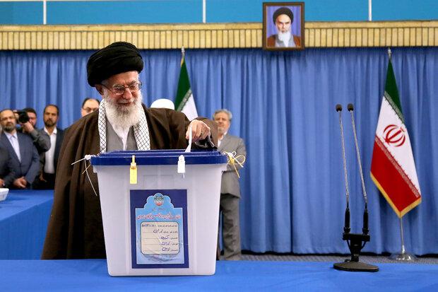 قائد الثورة الإسلامية يدلي بصوته في الانتخابات البرلمانية والانتخابات النصفية لمجلس خبراء القيادة