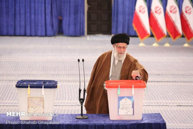 رهبر معظم انقلاب رای خود را به صندوق رای انداختند