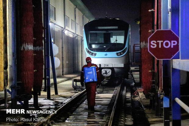 التعقيم الليلي لخطوط قطار مشهد /صور