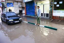 قم میں شدید بارش کے بعد سڑکوں پر پانی جمع ہوگیا