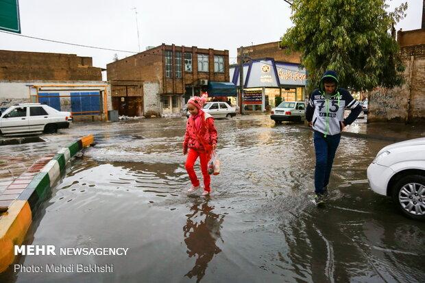 قم میں بارش کے بعد سڑکوں پر پانی جمع ہوگیا