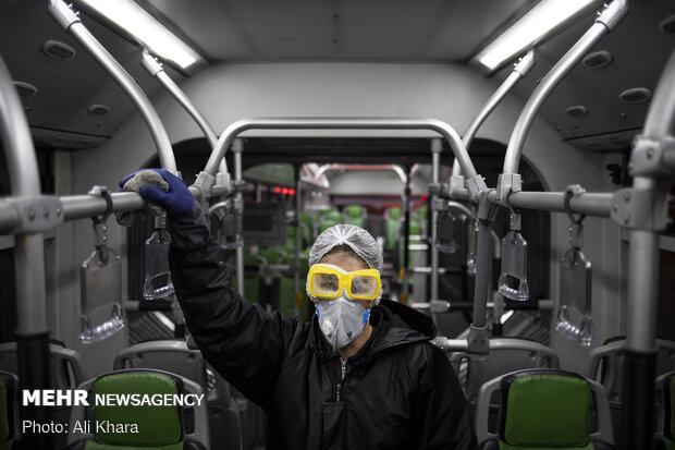 ضدعفونی و شستوشوی  اتوبوسهای بیآر تی برای مقابله با ویروس کرونا در پایانه اتوبوس رانی میدان رسالت تهران
