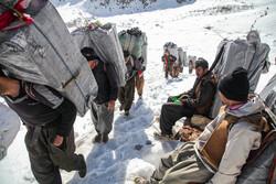 برف میں بار اور سامان منتقل کرنے کا منظر