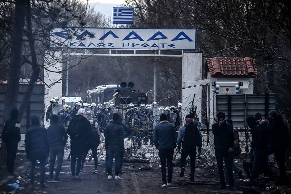 VIDEO: Greek border police fire tear gas to keep migrants out