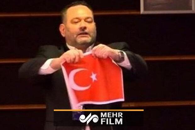 یورپی پارلیمنٹ میں یونان کے نمائندے نے ترکی کا پرچم پھاڑ دیا