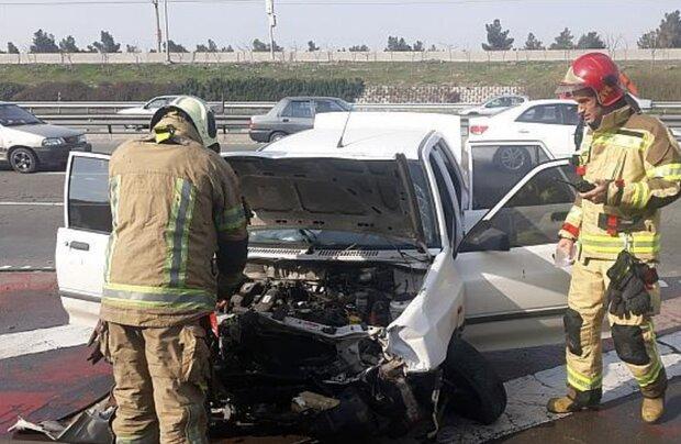 مصدومیت دو نفر در حادثه برخورد خودرو با جدول بزرگراه