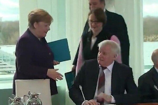 Koronavirüs salgını nedeniyle Merkel ile el sıkışmadı: Eli havada kaldı