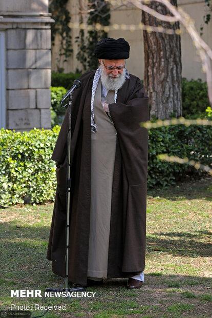 غرس شتلتين على يد قائد الثورة الاسلامية