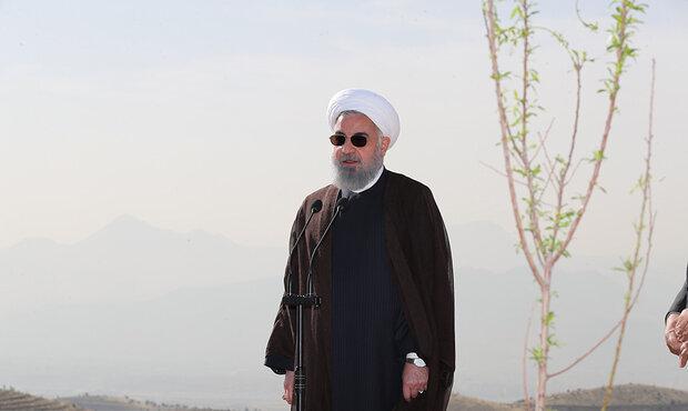 صدر حسن روحانی نے ہفتہ ماحولیات کی مناسبت سے ایک پودا کاشت کیا