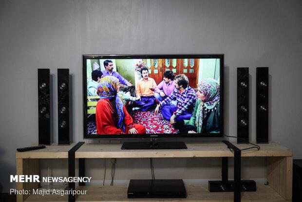 برخی از مردم اوقات خود در قرنطینه خانگی را با تماشای تلویزیون کنار خانواده سپری میکنند