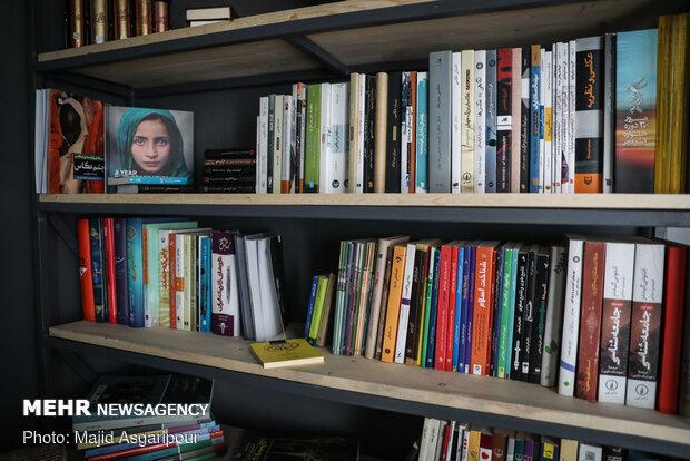 برخی از مردم اوقات خود در قرنطینه خانگی را با مطالعه کتاب سپری میکنند