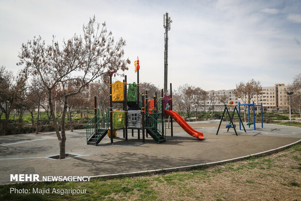 بوستان ها و محیط های بازی در ساعات مختلف عموما خالی از کودکان و خانواده ها است