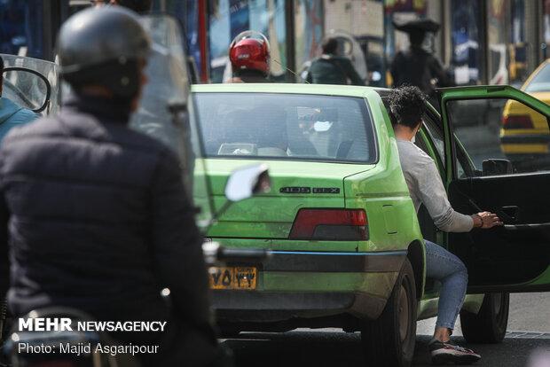 دستگیره های درب تاکسی یکی از راه های انتقال ویروس است که بهتر است هنگام استفاده از تاکسی از دستکش استفاده شود