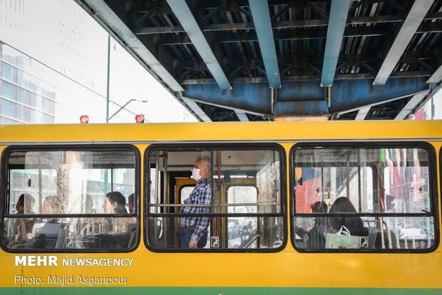 اکثر مردم هنگام استفاده از خودروهای حمل و نقل عمومی از ماسک و دستکش استفاده می کنند