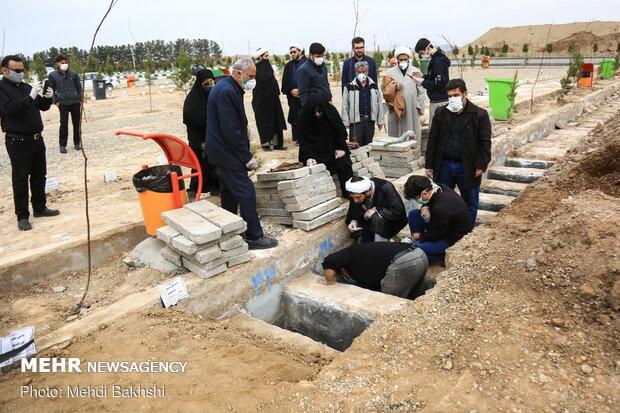 تدفین متوفیان کرونایی در آرامستان بهشت معصومه(س) قم