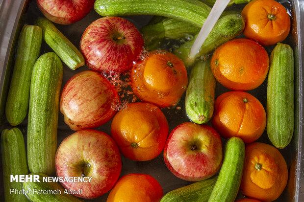 میوها و سبزیجات ، همگی باهم شسته می شوند