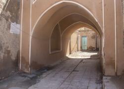 بیابانک سرخہ گاؤں میں لوگوں کا گھروں میں خوداختیاری قرنطینہ