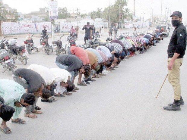 پاکستانی پولیس نے شہریوں کو مرغا بنادیا/ پاکستانی شہریوں کی توہین اور تضحیک