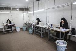 ایرانی فوج کے بعض کارکنوں کے اہلخانہ ماسک کی تیاری میں مصروف