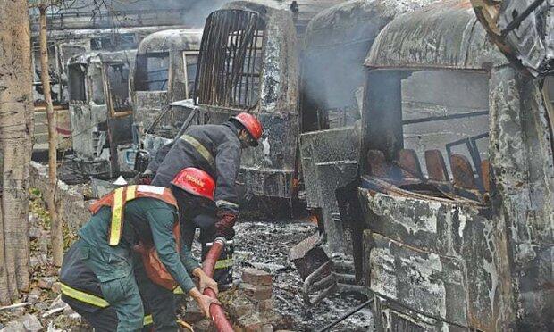 لاہور میں پیٹرل پمپ پر ایک ٹینکڑ الٹنے سے 200 گاڑیوں میں آگ لگ گئی