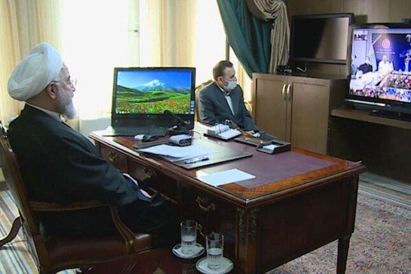 """روحاني يتحدث مع الطاقم الطبي لمشفى """"رازي"""" بمدينة أهواز"""