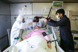 قم کے کامکار اسپتال میں حرم حضرت عباس (ع) اور حرم رضوی کے تبرکات کی تقسیم