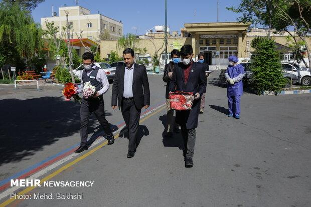 اهدا تبرکی آستان قدس رضوی و حرم حضرت عباس(ع) به بیماران بیمارستان کامکار قم