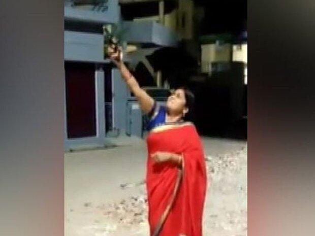 بھارت کی حکمراں جماعت کی رہنما کی فائرنگ کرکے کورونا کو بھگانے کی کوشش