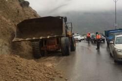 ریزش کوه در فشم/ جاده مسدود شده است